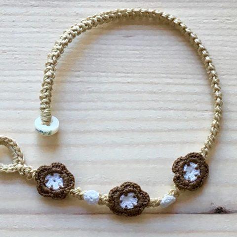 Crème Armband mit Blume Haselnuss