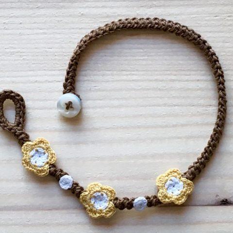 Braunes Armband mit Blume Maisgelb