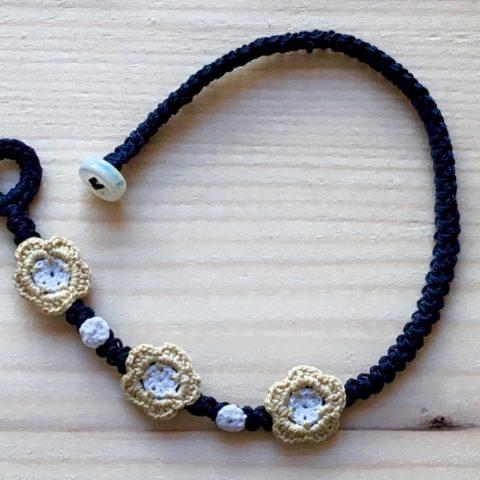 Blaues Armband mit Blume Crème