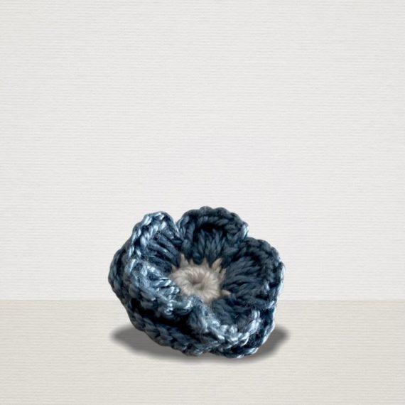 Hellblaue Ansteckblume mit weisser Blüte