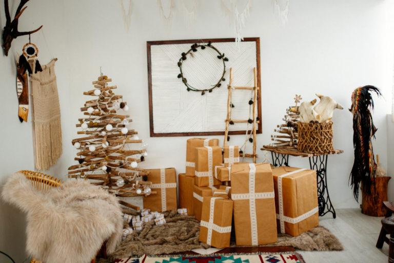 Raum mit Geschenkpaketen und Tannenbaum