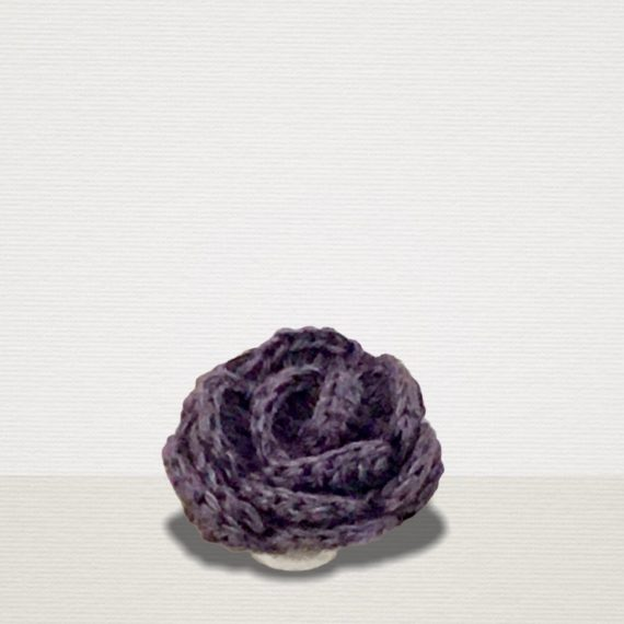 Lila Ansteckblume aus Leinen