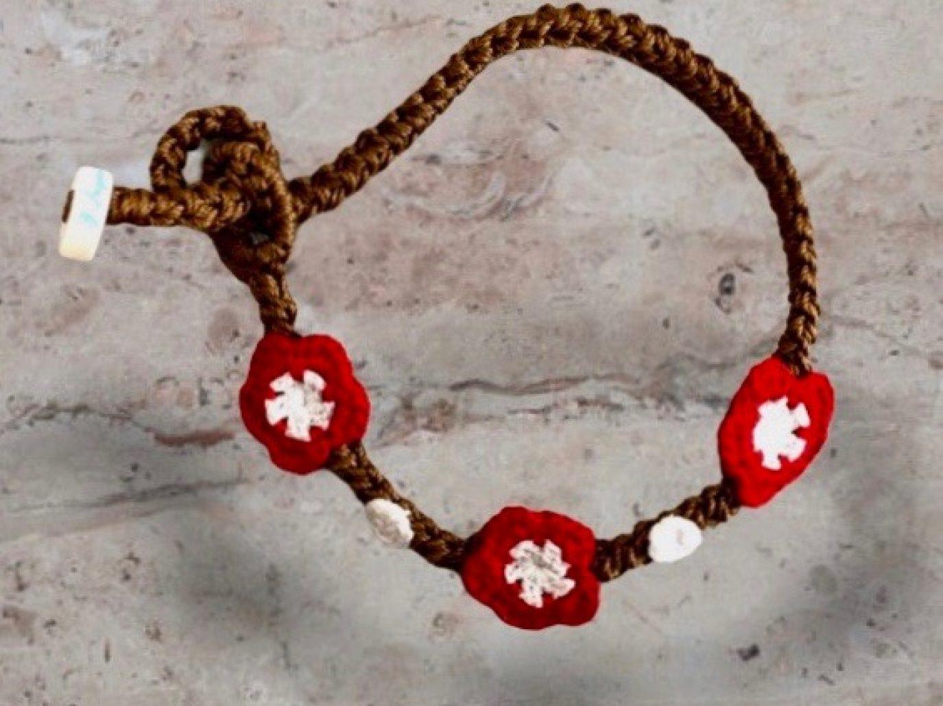 Armband mit roten Blumen